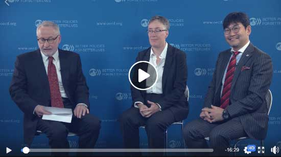 OECD事務次長—左端—らとYouTube動画座談会中の筆者@パリ(2017.10.)