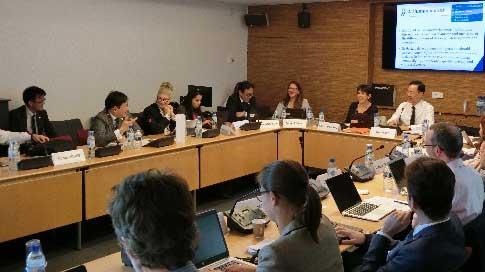 AIGO第一回会合@パリ(2018.9.)AIGO第二回会合@パリ(2018.11.) (左列の左端から二番目で名札を立てて筆者発言中)(奥の列左側で名札を立てて発言待機中の筆者)